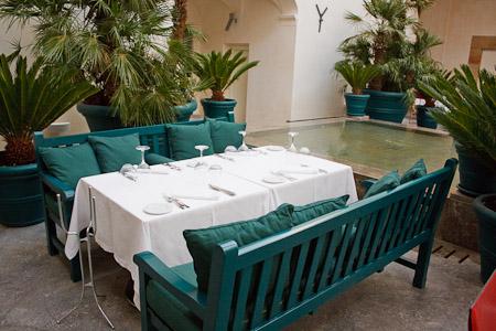 uno dei tavoli nella corte interna di Palazzo Branciforte