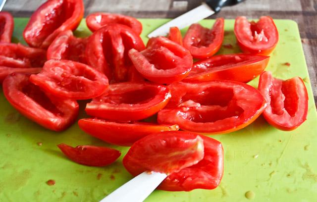 I pomodori vengono divisi a metà e rrivati dei semi