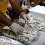 i pescatori infarinano il pesce