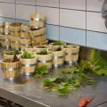 I piccoli tini per il risotto e le foglie di vite che sono servite per decorarli.