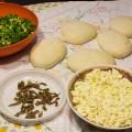 Gli ingredienti: scarola, acciughe, mozzarella e impasto lievitato